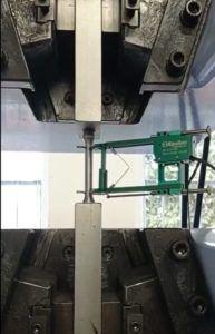Zdjęcie wykonane podczas przeprowadzania statycznej próby rozciągania stali z wykorzystaniem ekstensometru kontaktowego